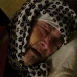 Une vieille femme dans le coma abandonnée dans la rue à Larache