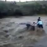 Vidéo: Une cascade emporte 5 personnes lors d'un voyage touristique