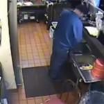 Vidéo : l'employé de Pizza Hut urine dans l'évier