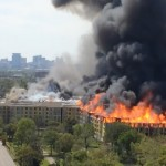 Spectaculaire incendie à Houston (Texas) d'un complexe immobilier en construction.