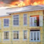 Miracle à Houston: un ouvrier sauvé par les pompiers juste avant qu'un immeuble en feu ne s'effondre (vidéo)