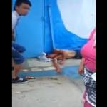Un tcharmil frappe un jeune homme avec une hache et il disparait