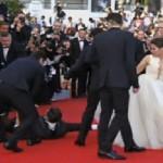 Un journaliste amoureux d'Angelina Jolie se jette sur Brad Pitt et le frappe (vidéo)