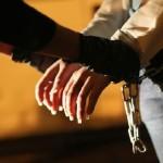 Une femme menottée, échappe à un prétendu policier violeur