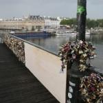 Une grille du pont des Arts s'effondre sous le poids des «cadenas d'amour»
