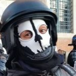 Le masque de mort d'un policier face aux gilets jaunes provoque un tollé